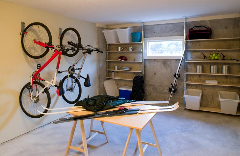 Garage mit Fahrrändern und Regalen an der Wand