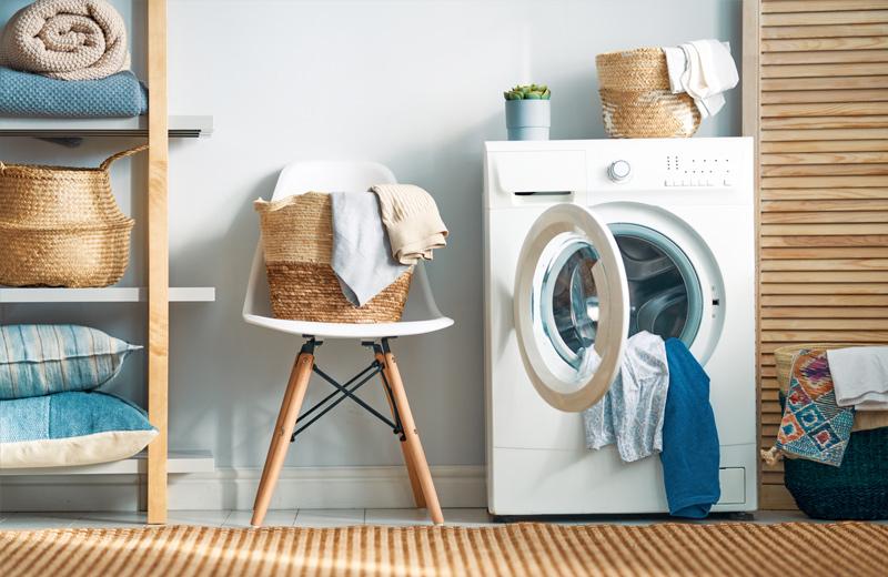 Geöffnete Waschmaschine in einem Trockenraum
