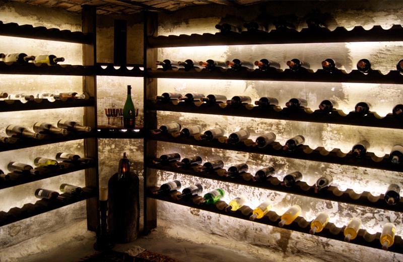 Flaschenregale im Weinkeller